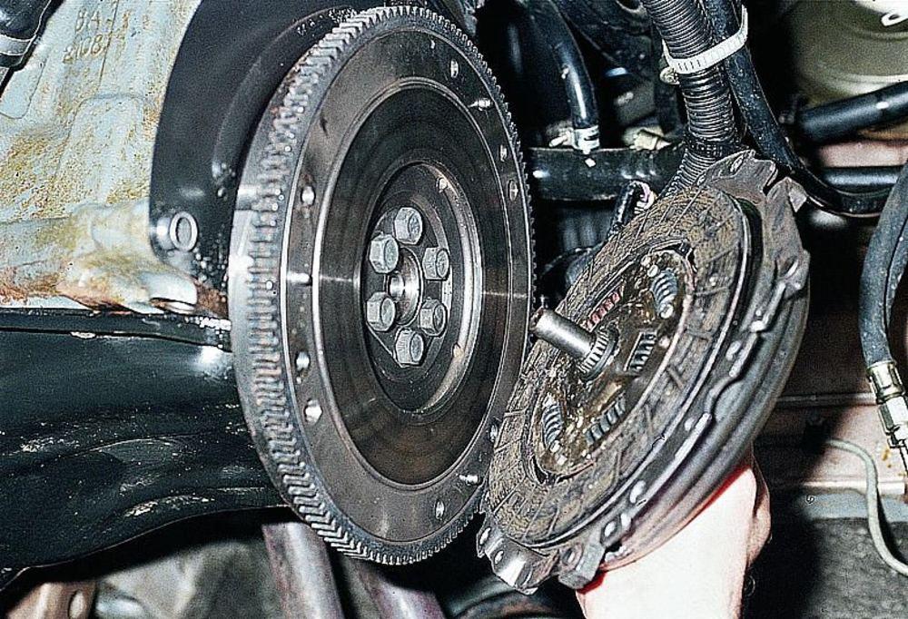 Установка ведомого диска и корзины сцепления