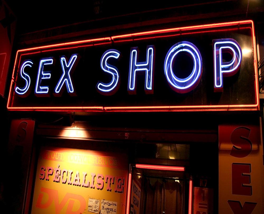 Для чего люди посещают секс-шоп?