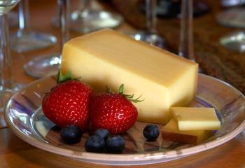 Настоящий твердый сыр, и с чем его едят