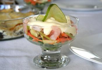 Как приготовить салат из креветок