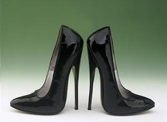 Черные лаковые туфли: стиль или китч?