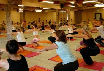 Бикрам-йога: совмещаем фитнес, йогу и сауну