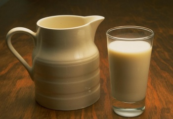 Чем полезны мелисса, миндаль и молоко?