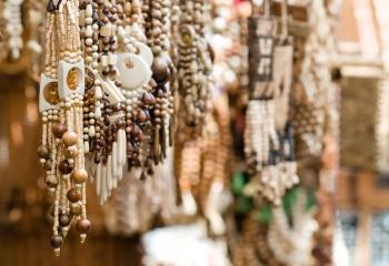 Стильное украшение из деревянных бусин