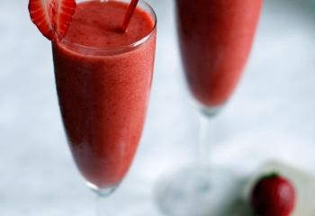 Клубничный сок: состав, польза и лечение соком клубники