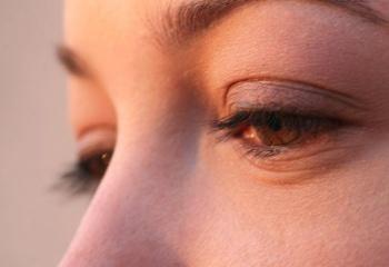 12 cпособов борьбы с мешками под глазами