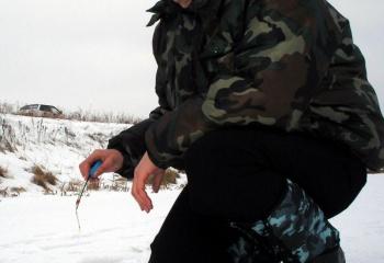 Женщина на зимней рыбалке