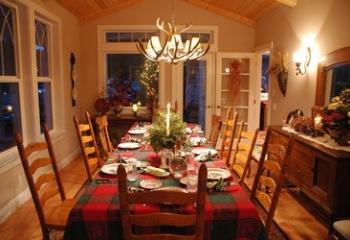 Украшение новогоднего стола лентами и шишками