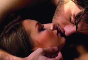 Узнать каков в сексе по поцелую