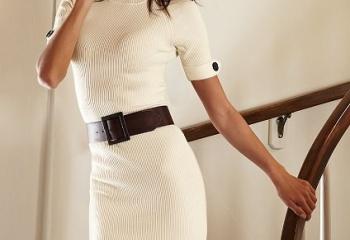 Вязаное платье и украшение