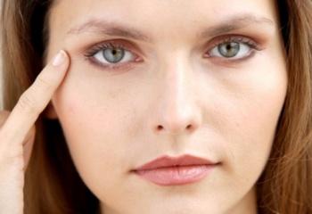 Как убрать припухлости над глазами