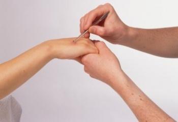 Когда сводит пальцы рук какому врачу