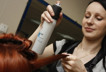 Как с помощью лака уложить волосы