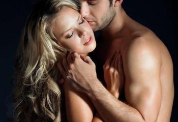 Он любит ласкать ее грудь