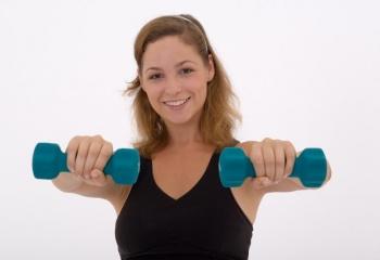 Упражнения с гантелями для женщин: топ-5 для занятий дома