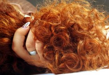 пышные кудрявые волосы