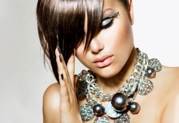 Стрижки с косой челкой - для смелых энергичных девушек